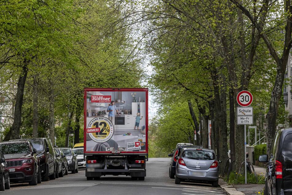 Ein Lkw quetscht sich durch die Ulmenstraße: Hoffentlich kommt kein Gegenverkehr.