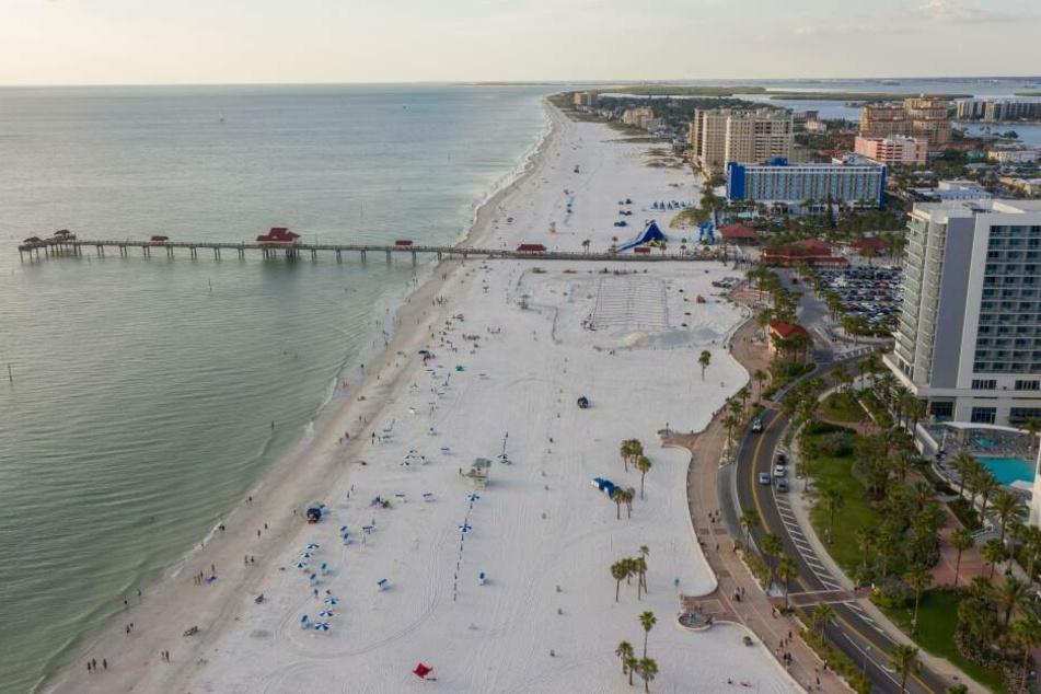 Am Clearwater Beach in Florida wurde am Sonntag ein Mann von einem Blitz getroffen und erlitt einen Herzstillstand.