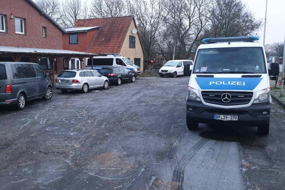 Auf diesem Grundstück im Kreis Dithmarschen kam es am Mittwochmorgen zu einem großen Polizeieinsatz wegen Terroverdachts.