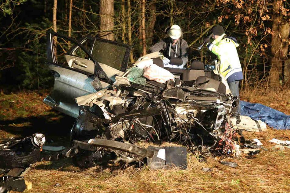 Der Fahrer verstarb noch im Wrack seines Mercedes.
