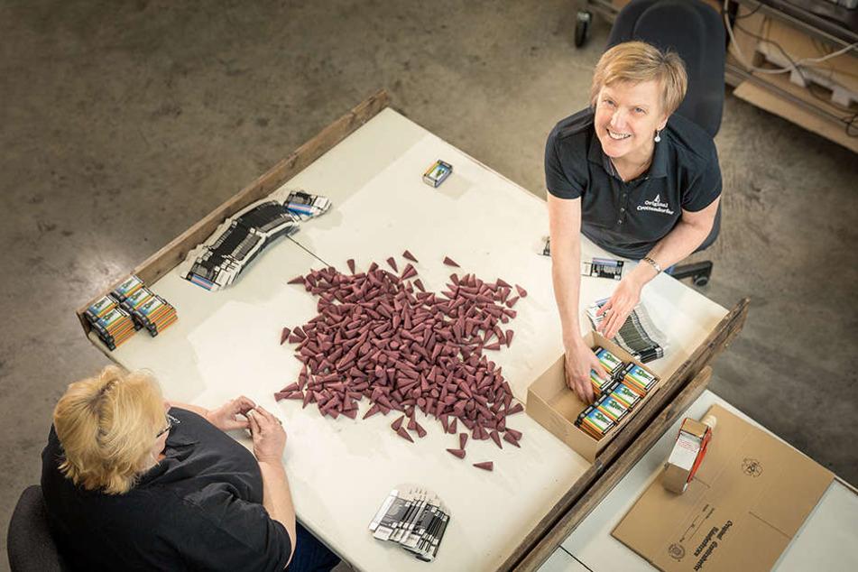 Dana Kies (41,v.) und ihre Kolleginnen sortieren ungleichmäßig geformte  Crottendorfer Räucherkerzen aus.