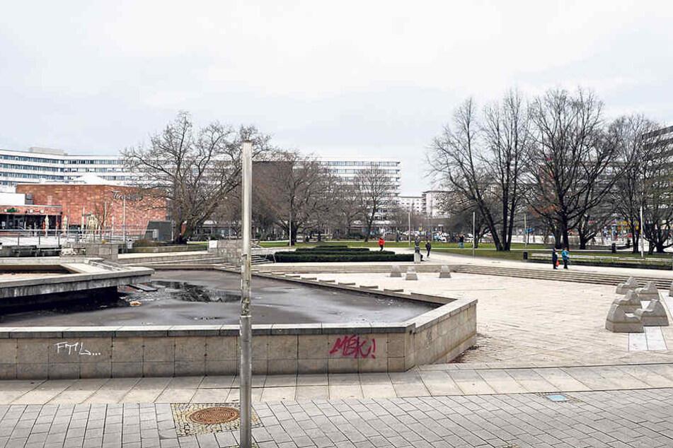 So sieht's aktuell aus: Freier Blick vom Stadthallenpark aus auf das  Rawema-Gebäude und die Brückenstraße.