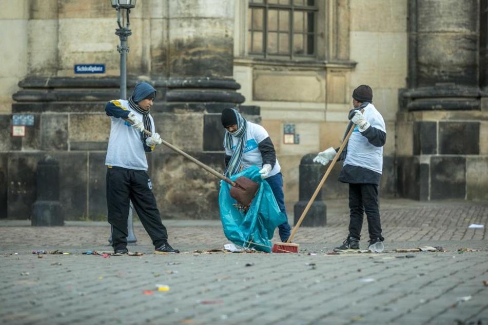 Am Schlossplatz halfen auch Mitglieder der muslimischen Ahmadiyya-Gemeinde beim Aufräumen.