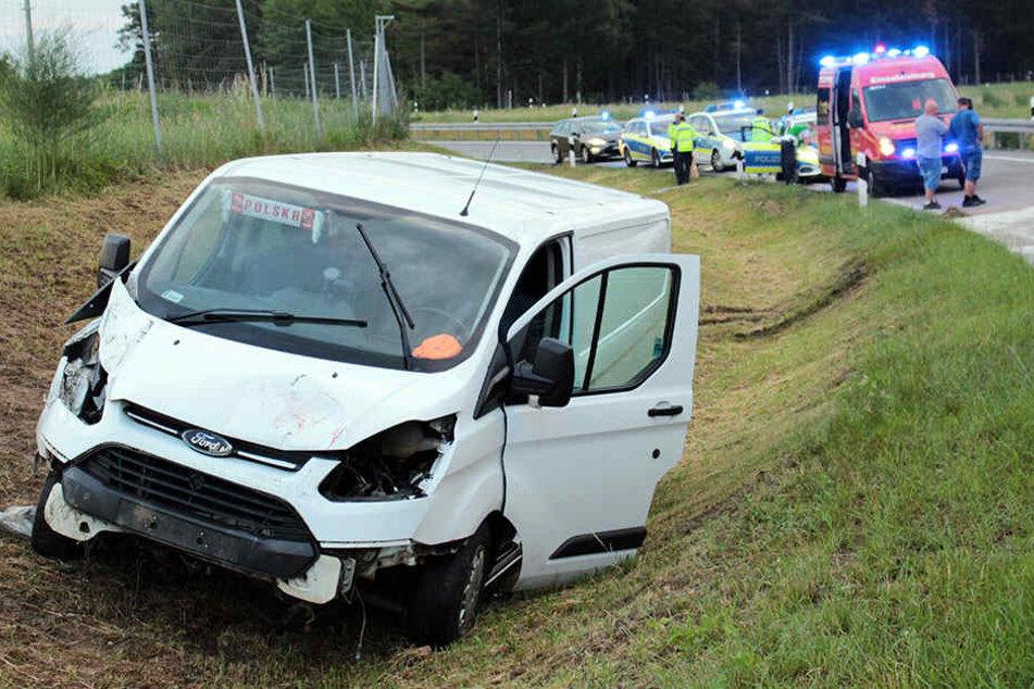 Am Montagmorgen kam dieser Wagen von der Fahrbahn ab. Ein Insasse hinten kam ums Leben, der Fahrer wurde verletzt. Zwei weitere Mitfahrer erlitten einen Schock.