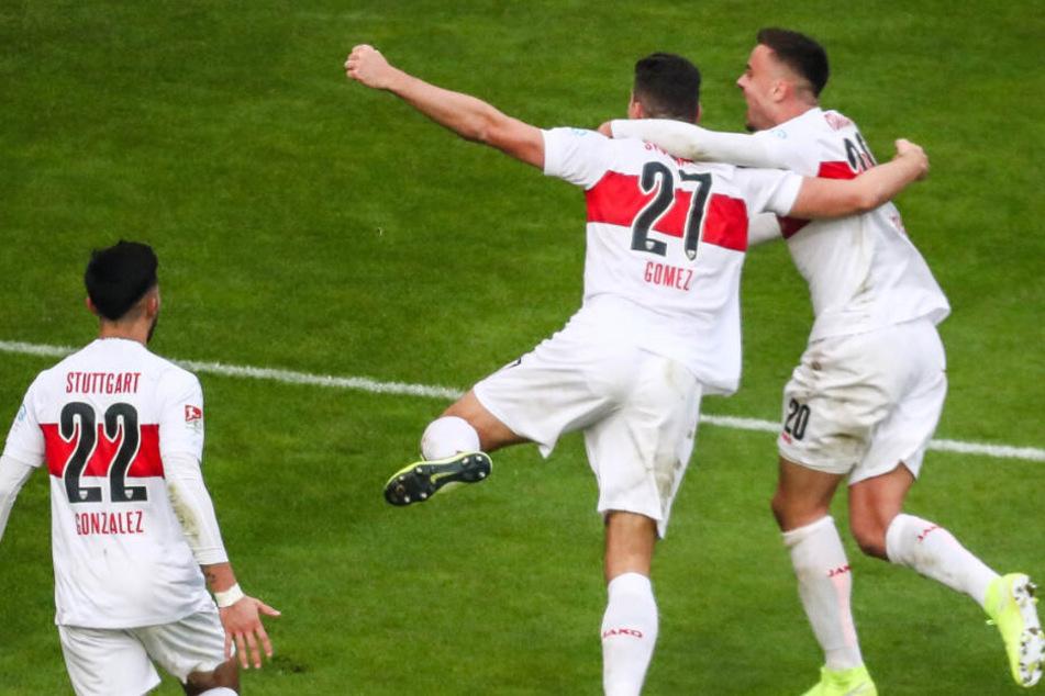 Stuttgarts Nicolas Gonzalez (l.-r.), Mario Gomez und Philipp Förster freuen sich über ein Tor.