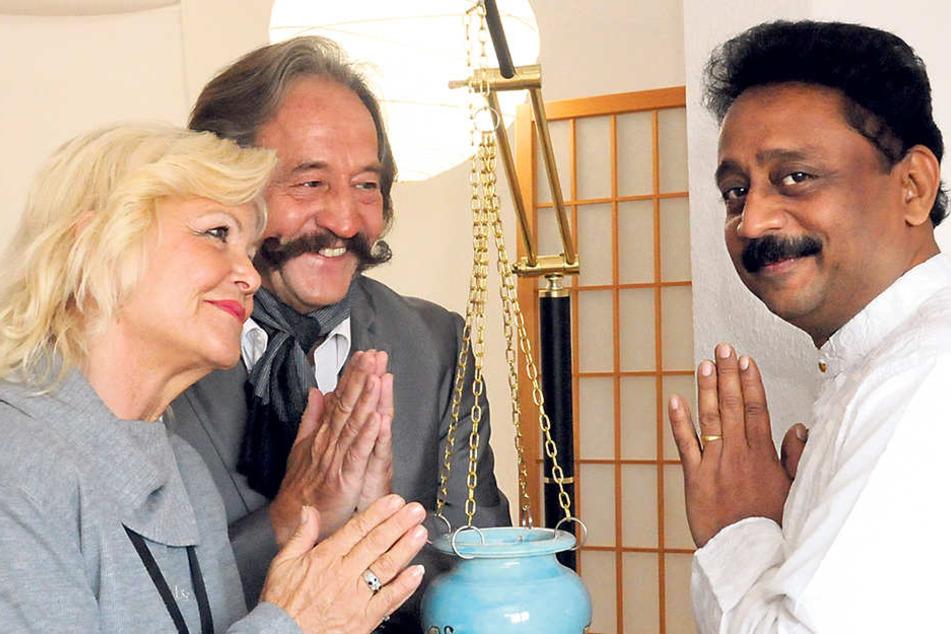 Das Vertrauen in Yoga und Pulsdiagnose (im Bild bei Dr. Santosh Kadam) hat Karl-Heinz Bellmann von seiner Indienreise mitgebracht.
