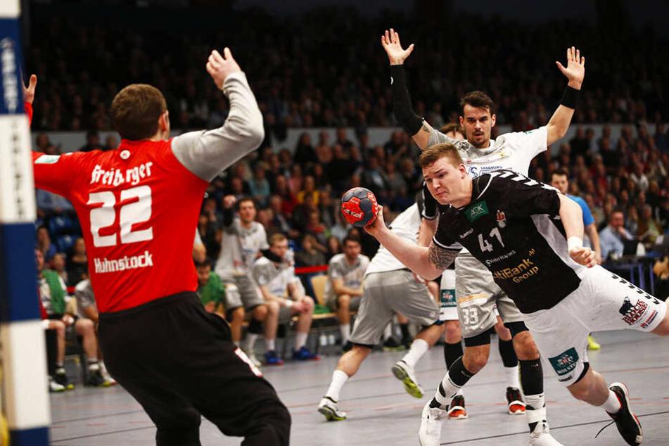 Dominik Vogt zieht ab und trifft für Hamburg. Roman Becvar kann nur noch zusehen, HCE-Keeper Mario Huhnstock ist chancenlos.