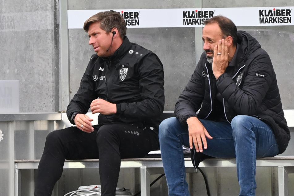 VfB-Coach Pellegrino Matarazzo (42, rechts im Bild) sitzt während des Spiels bedient auf der Bank.