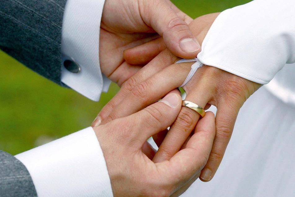 Bei der Trauung streift der Bräutigam der Braut einen Ehering über den Ringfinger (Symbolbild). Der Heiratstermin von Ben und Megan steht noch aus.
