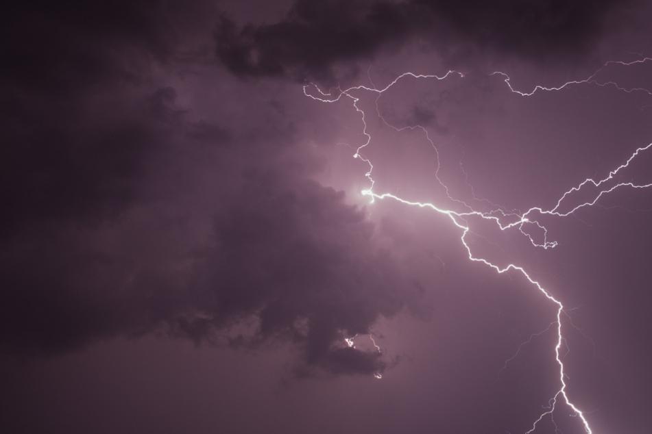 Ein Blitz schlug in die Kirche ein. (Symbolbild)