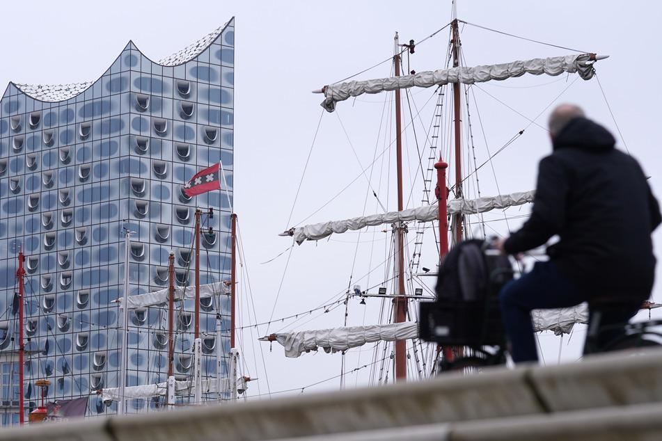 Hamburg: Schrecklicher Fund an der Elbphilharmonie: Feuerwehr zieht Leiche aus dem Wasser