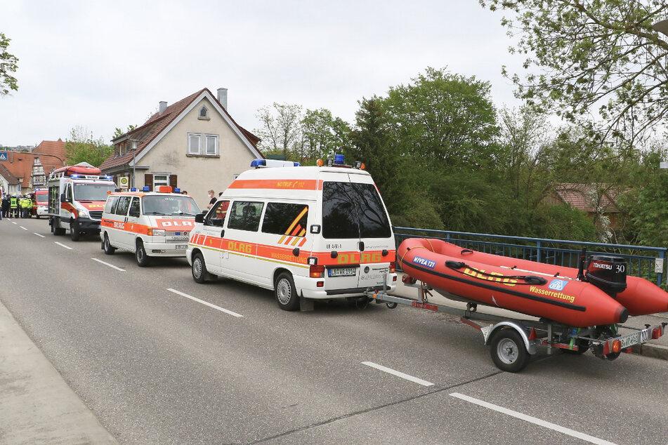 Einsatzkräfte an der Enz. Eine Mutter und ihre zwei Kinder konnten nur noch tot geborgen werden.