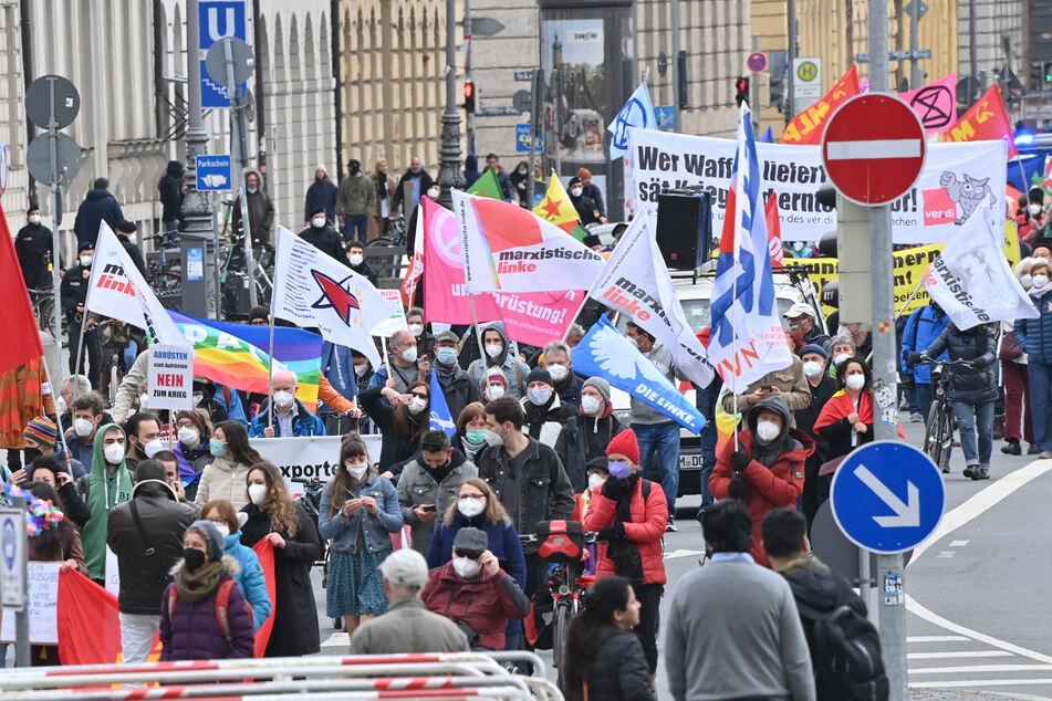 Für Frieden in der Welt: Hunderte Menschen demonstrieren bei Ostermärschen