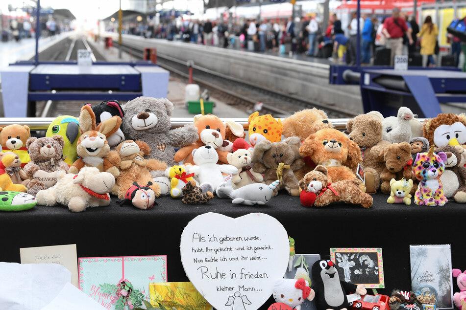 Ein Jahr nach tödlicher Gleis-Attacke: Eltern des toten Leo (†8) mit Vorwürfen