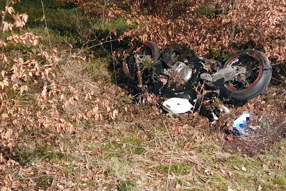 Biker stirbt bei schrecklichem Unfall: Mann erst nach Stunden in Wald gefunden