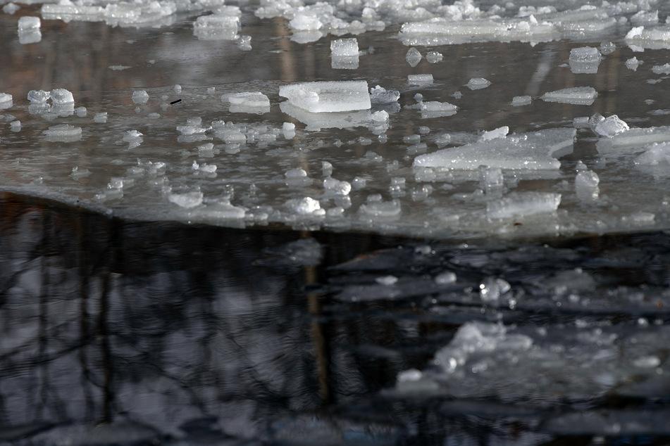 Jogger bricht ins Eis ein: Dramatische Rettungsaktion mit Wärmebildkamera