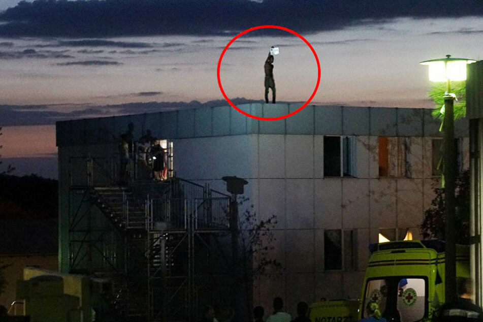 Großeinsatz! Asylbewerber droht, sich vom Dach zu stürzen