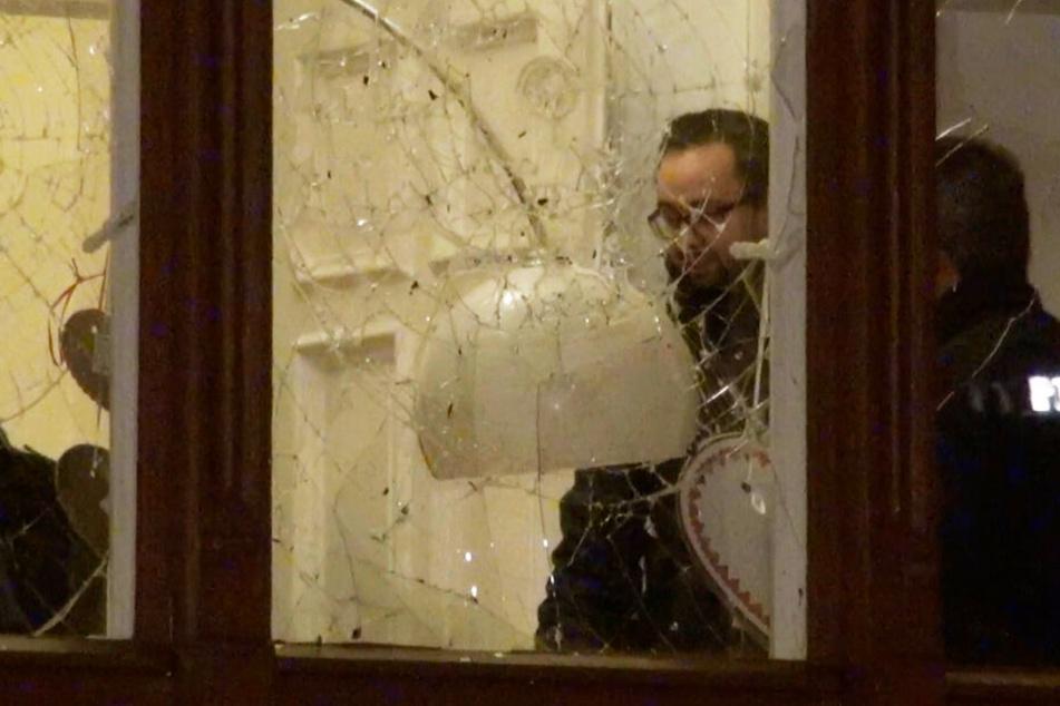 Nach dem Anschlag auf seine Wohnung spricht Justizminister Sebastian Gemkow (CDU) am Tatort mit Polizisten.
