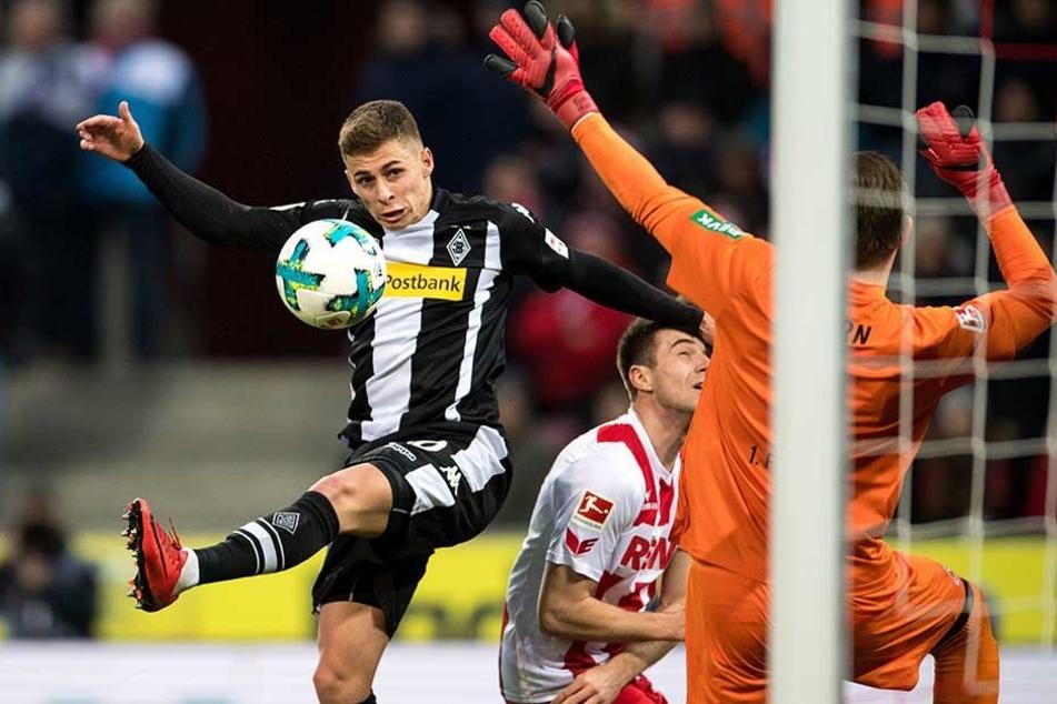 Gladbachs Thorgan Hazard (l) vergibt gegen Kölns Torwart Timo Horn.