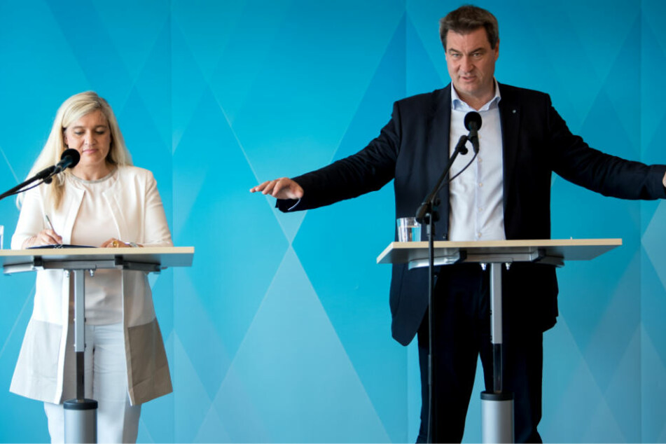 Markus Söder (CSU) und Melanie Huml (CSU), Gesundheitsministerin von Bayern, nahmen nach der Kabinettssitzung an einer Pressekonferenz teil.