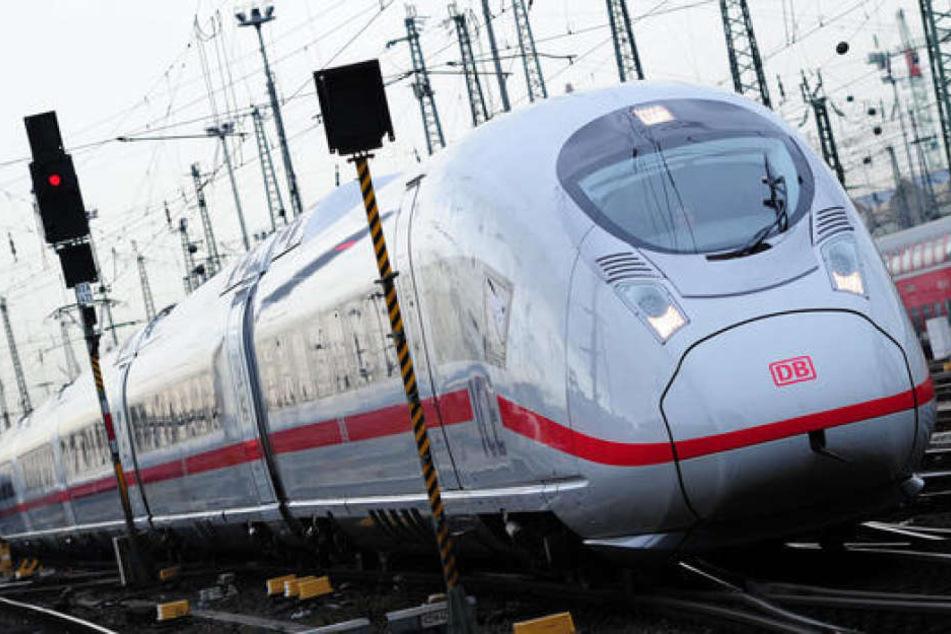 Der Zug musste eine Vollbremsung einlegen, sonst hätte er die Frau erwischt. (Symbolbild)