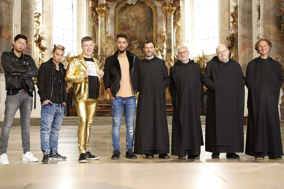 """Vier Mönche und vier """"Männer"""": Adonis, Dennis, Jonny und Kenan ziehen bei Pater Christoph Maria, Pater Rupert, Pater Beda und Pater Clemens ein."""