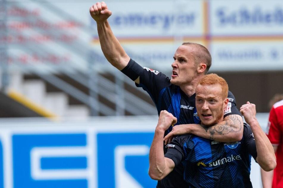 Sebastian Vasiliadis (v.) feiert zusammen mit Sven Michel seinen Treffer zum 1:0.