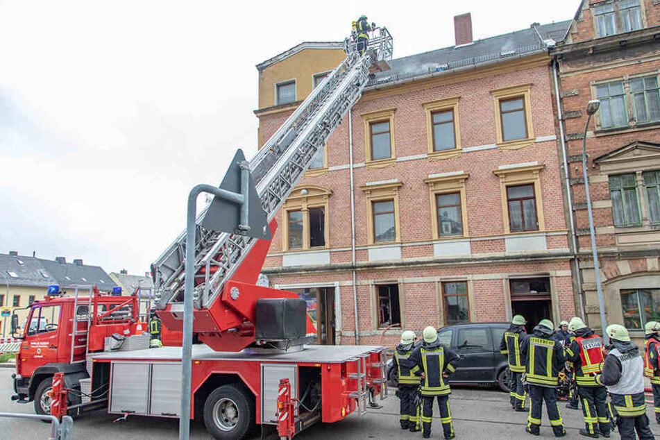 Die Freiwilligen Feuerwehren Limbach, Oberfrohna und Rußdorf waren mit 53 Kameraden im Einsatz. Mutter (78) und Schwester (56) konnten per Drehleiter gerettet werden.