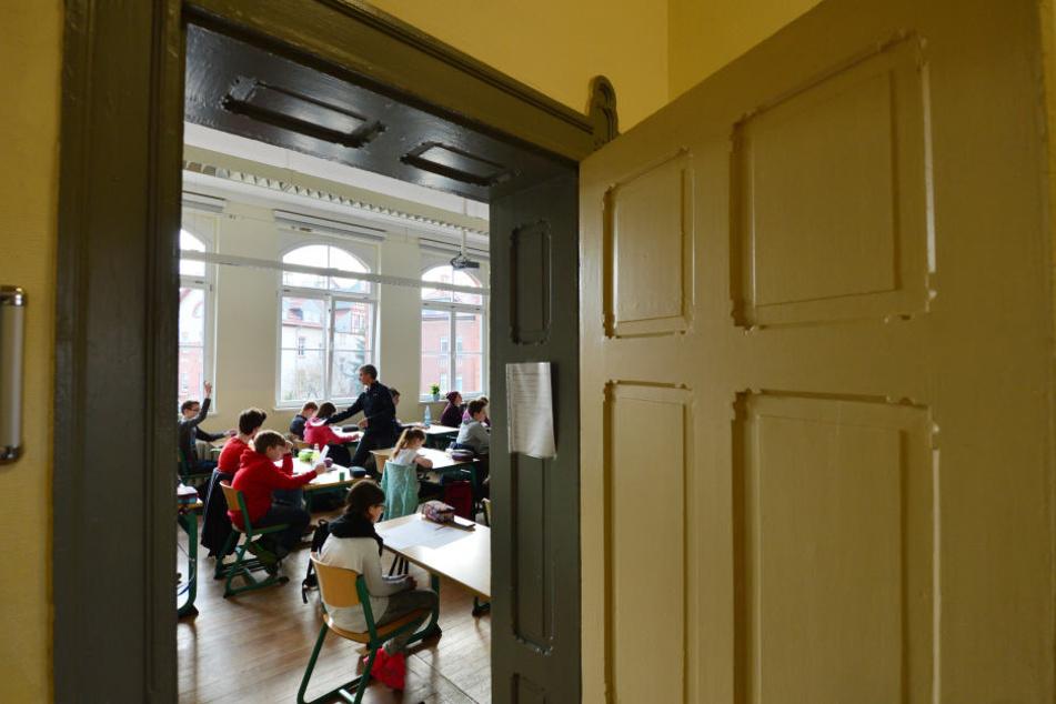 Wegen des allgemeinen Lehrermangels und vieler Langzeitkranker fällt an Thüringer Schulen seit langem viel Unterricht aus. (Symbolbild)
