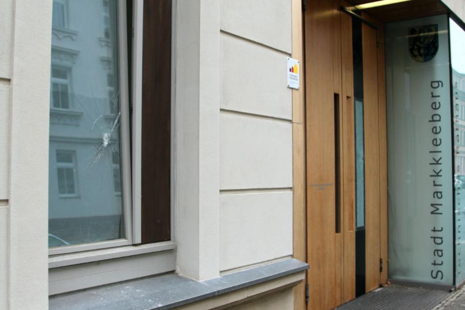 In der Nacht zum Dienstag wurden die Fenster sowie die Eingangstür des Technisches Rathauses in Markkleeberg beschädigt. Am nächsten Tag sah man bereits nichts mehr von den Schmierereien am Eingang.