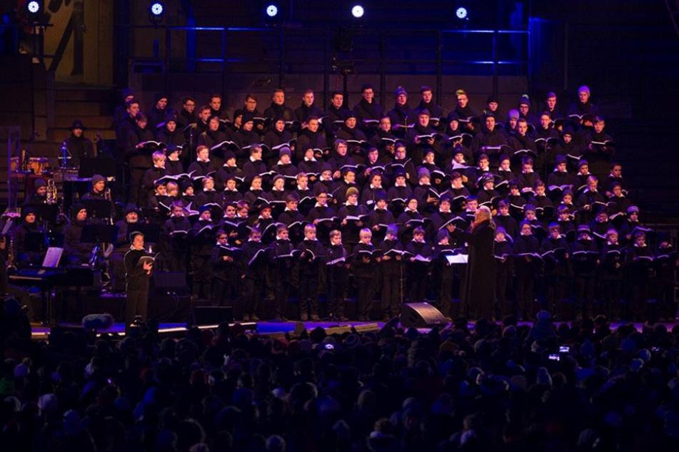 Der Kreuzchor gab den Ton an, die Besucher sangen mit.