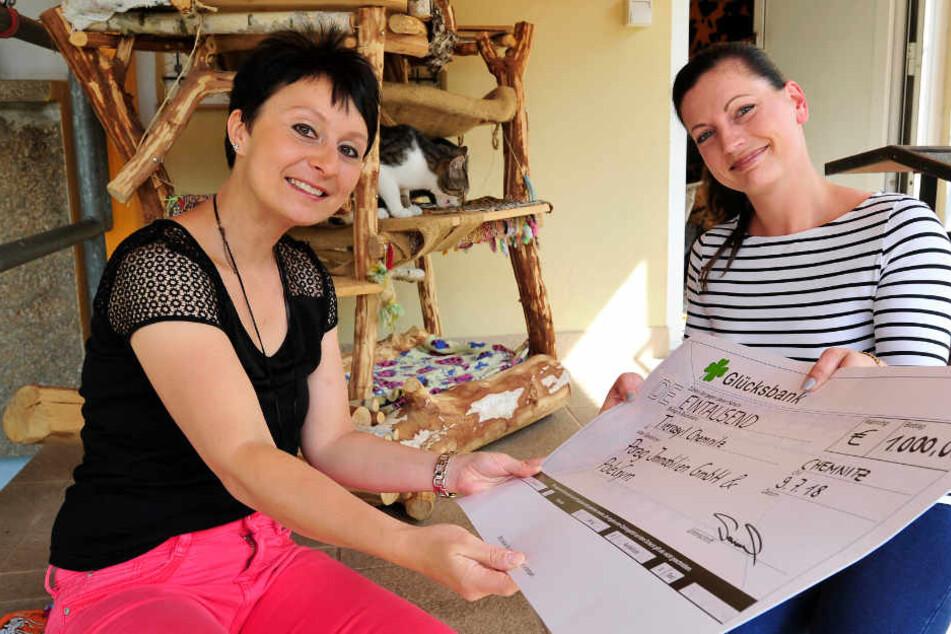 Für Tierasyl-Chefin Denise Putsche (36) kommt der Spenden-Scheck von Peggy Sammler (29) wie gerufen.