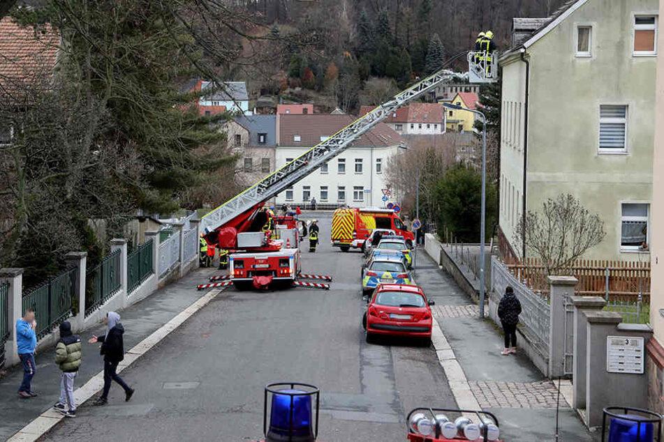 Die Feuerwehr kam der Polizei zu Hilfe und wollte den Mann vom Dach holen.