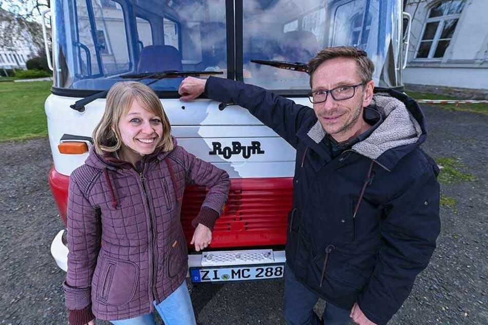 Sandra Scheel (25) und Martinus van Paridon (43) aus dem Kulturhauptstadtbüro fahren einen aufgemotzten Robur durch die Zittauer Ortsteile, rühren so die Werbetrommel für das Projekt.