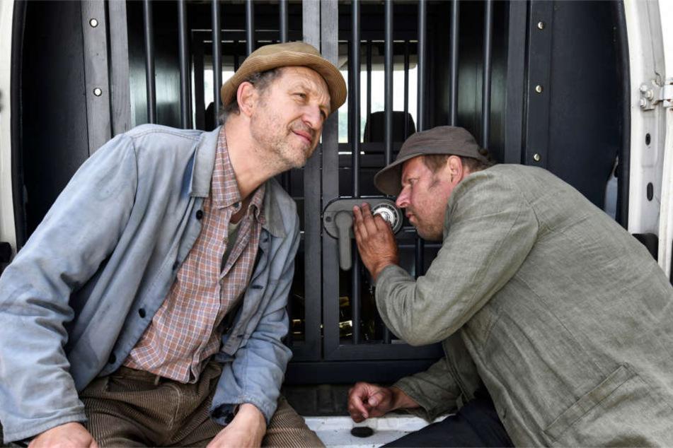 Axel Milberg (rechts) spielt in der neuen Büttenwarder-Staffel den Hajo. Hier ist er zusammen mit Peter Heinrich Brix alias Adsche zu sehen.