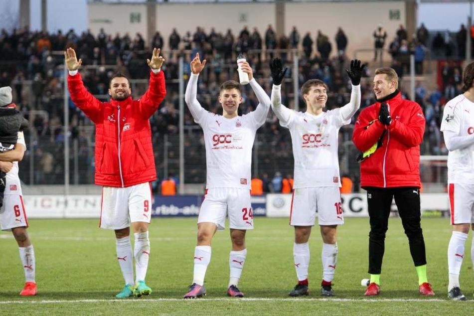 Torschütze Fabian Eisele (9, Zwickau), Julian Hodek (24, Zwickau) Anthony Barylla (16, Zwickau) und Torhüter Lukas Cichos (30, Zwickau) feiern den Sieg.