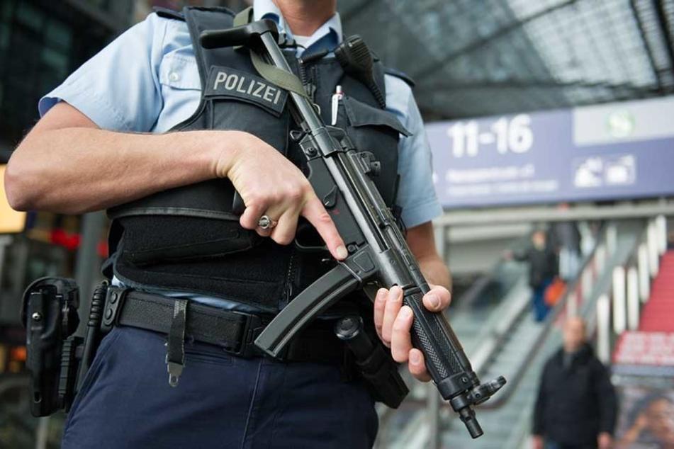 Ein Bundespolizist mit Maschinenpistole auf dem Berliner Hauptbahnhof.