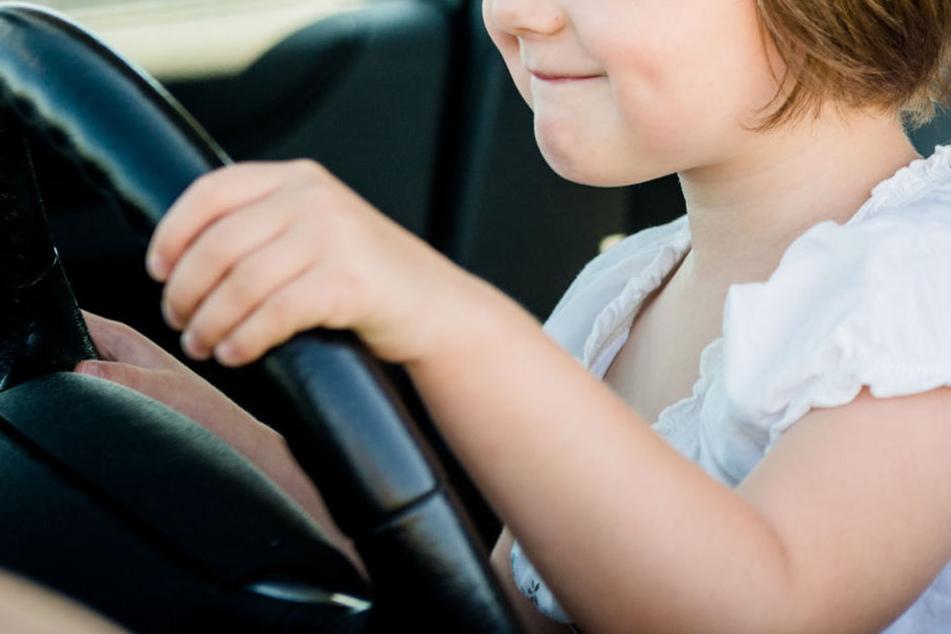 Das Mädchen hatte es geschafft, die Bremse zu lösen und rollte los. (Symbolbild)