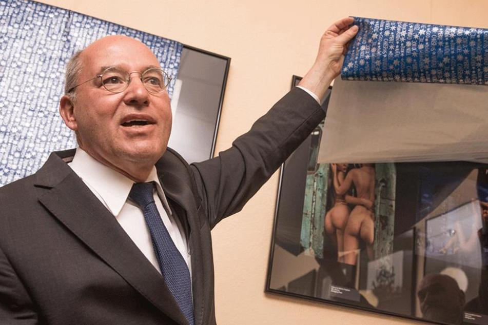 Gregor Gysi zeigt eine der Nacktbilder, die im Rathaus Köpenick für so viel Aufregung gesorgt hatten.