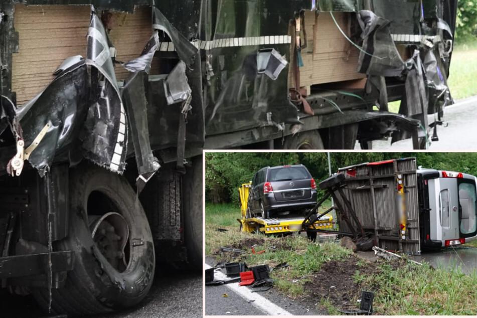 Schwerer Unfall in Sachsen: Laster aufgeschlitzt, Anhänger mit Kleinbus umgekippt