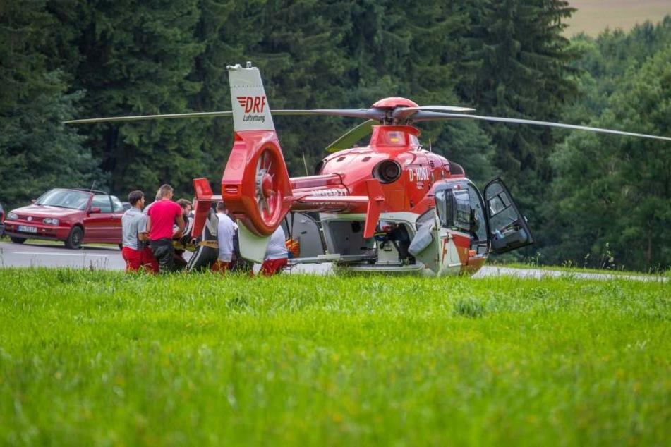 Ein Rettungshubschrauber brachte die verletzten Biker ins Krankenhaus.