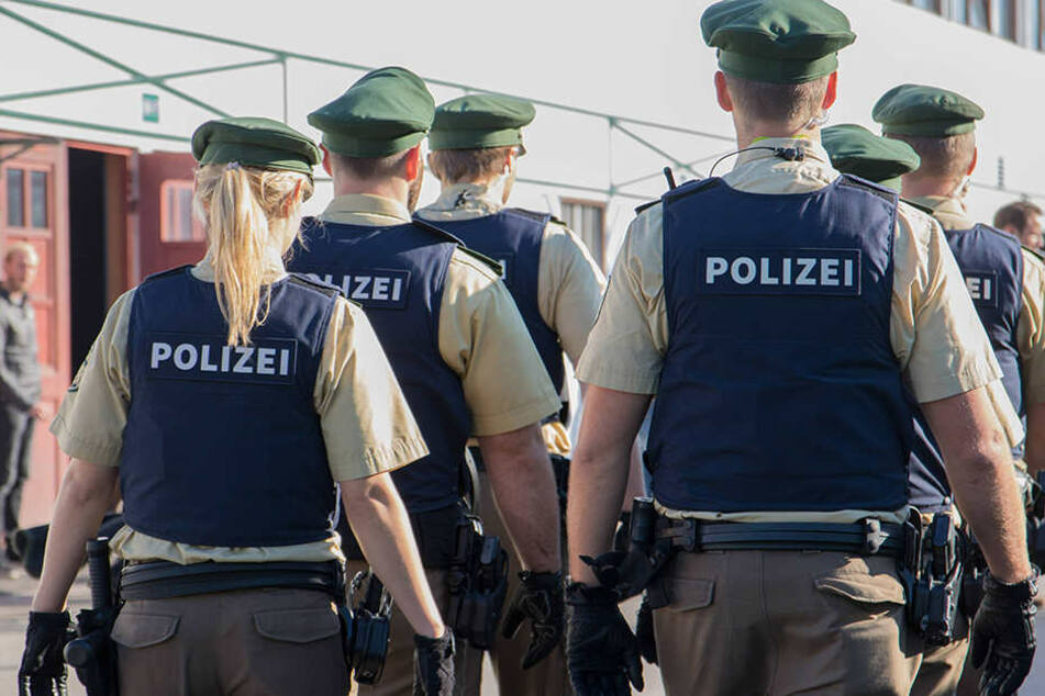 Sechs Polizisten wurde angegriffen. (Symbolbild)
