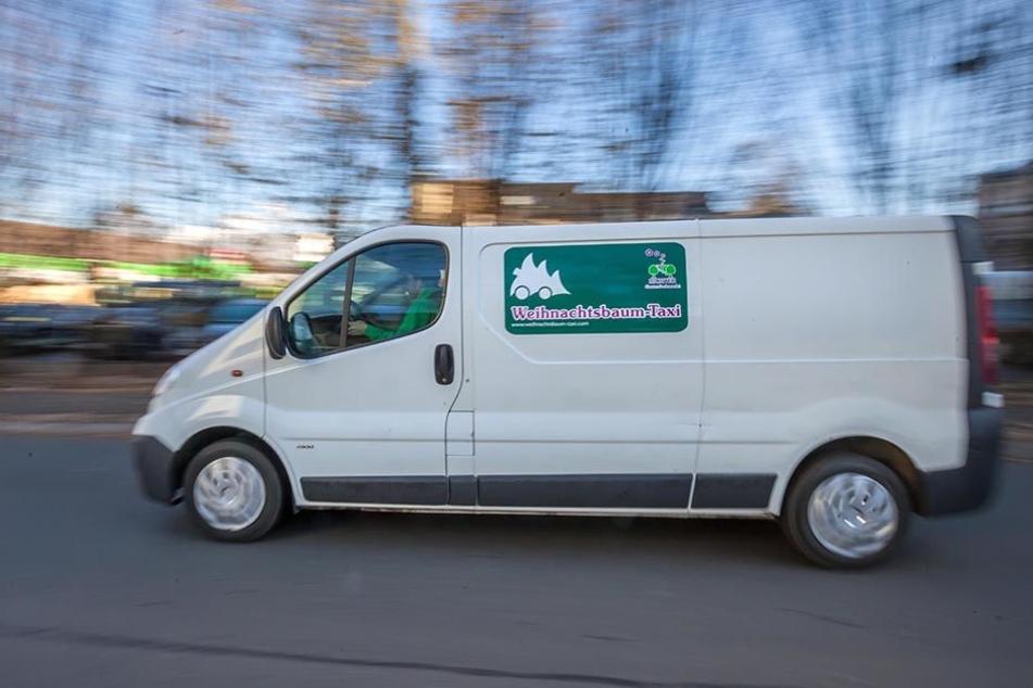 Ätännschn! Ätännschn! Hier kommt das Weihnachtsbaumtaxi von Chemnitz. Der  neue Service liefert bis zum 24. Dezember mittags.