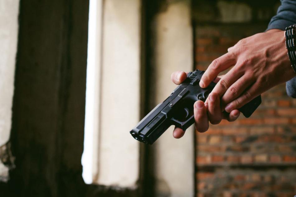 Betrunkene feuern mehrmals mit Pistole um sich: Der Grund dafür macht sprachlos