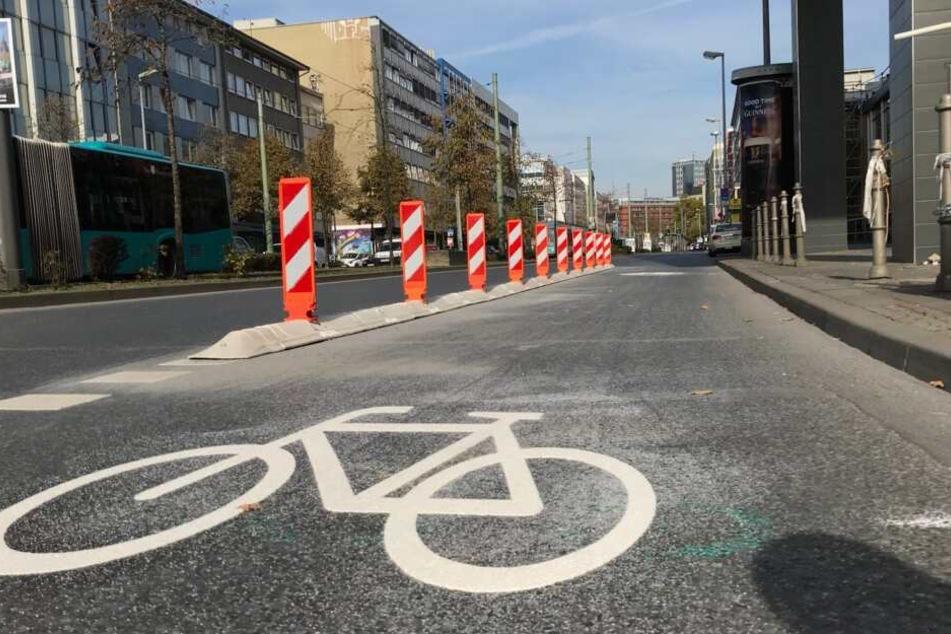 Die Kurt-Schumacher-Straße ist eine wichtige Verkehrsader der Mainmetropole. (Symbolbild)