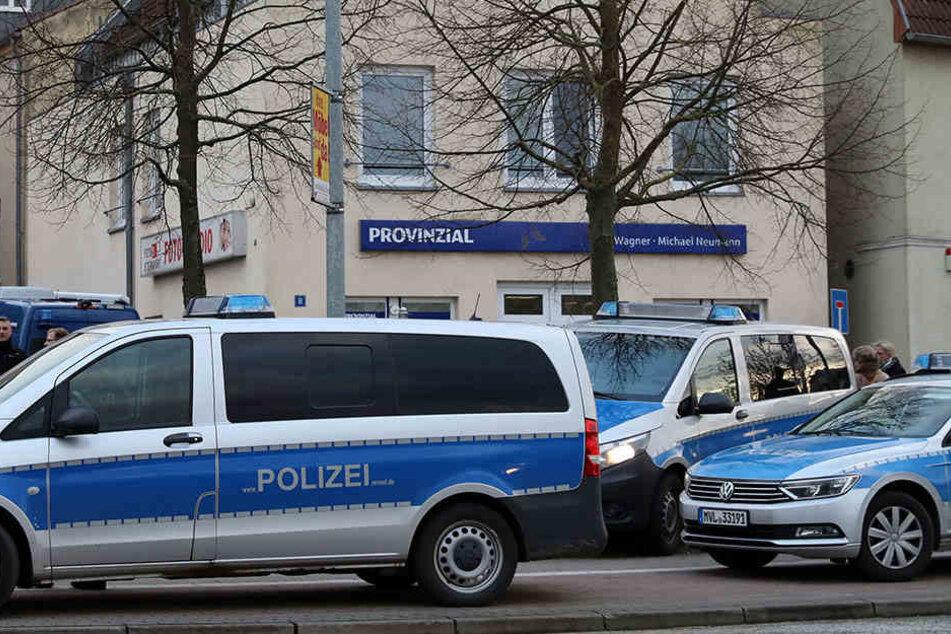 Die Polizei vor der Anwaltskanzlei kurz nach der Tat.