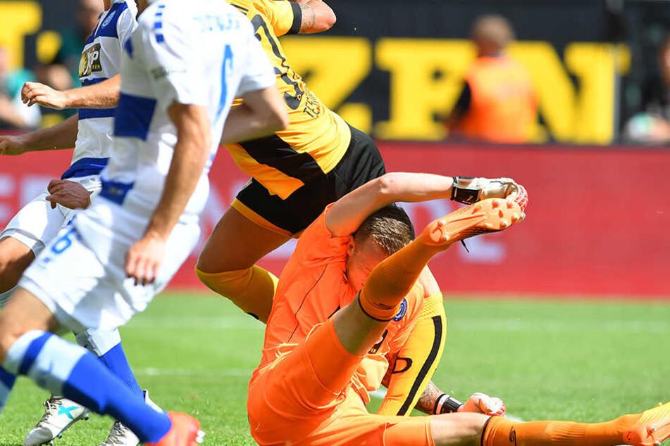 Das Bild zeigt den Moment, in dem Testroet sich die Horrorverletzung im Zusammenprall mit Mark Flecken zuzieht. Das Knie knickt komplett nach hinten weg.