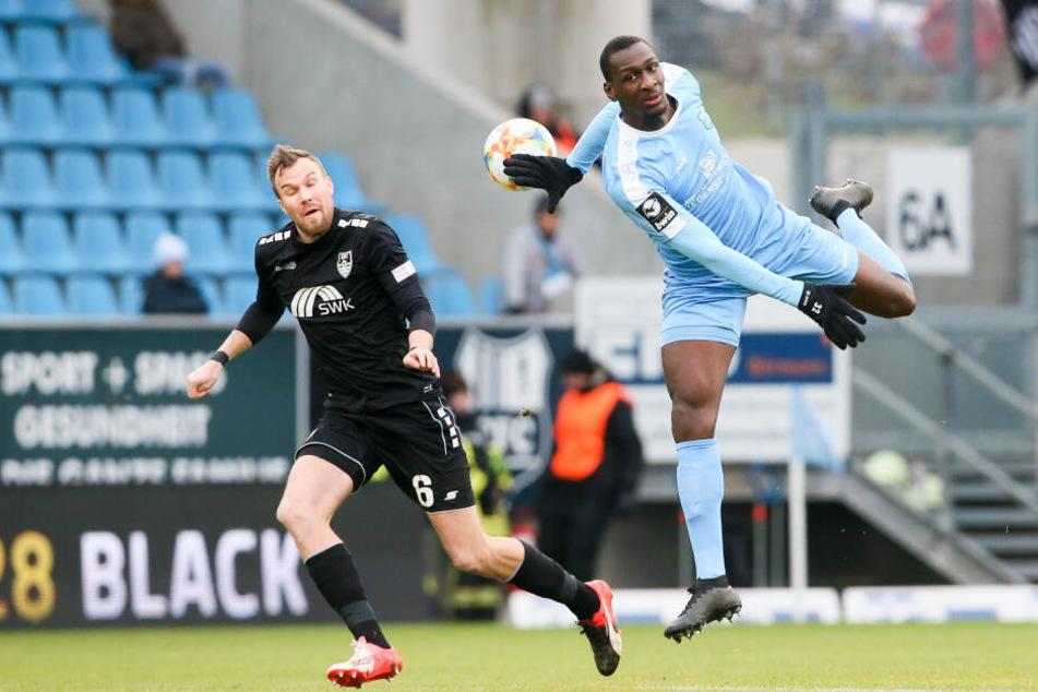 Tarsis Bonga (r.) verliert den Ball aus dem Blick, Verfolger Kevin Großkreutz drückt aber auch beide Augen zu...