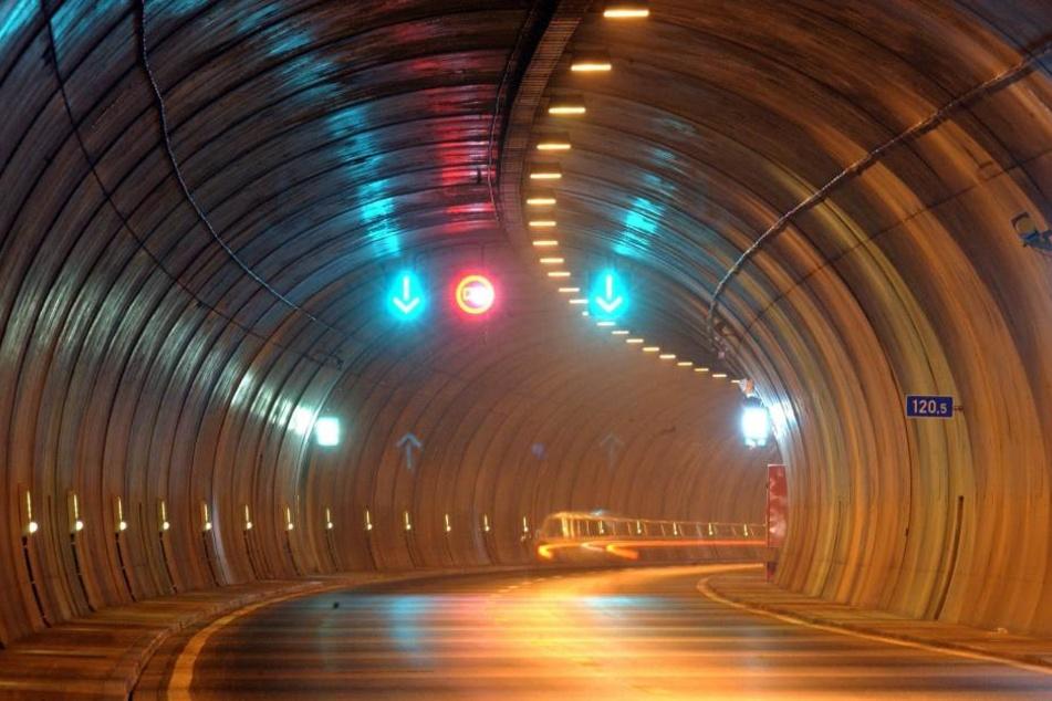 Im Rennsteigtunnel auf der Autobahn 71 sind am Freitag ein Bus und ein Auto zusammengestoßen (Symbolbild).