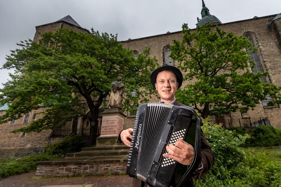 """Volskmusiker Jörg Heinicke spielt am Sonntag, 17 Uhr, am Unteren Kirchplatz. Erstmals wird die """"Fête de la musique"""" als Gemeinschaftsprojekt des Soziokulturellen Zentrum """"Alte Brauerei"""", der Erzgebirgischen Philharmonie Aue sowie des Kulturzentrums Erzhammer verwirklicht."""